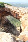 Cueva de Keshet - arco natural de la piedra caliza que atraviesa los restos de una cueva baja con opiniones del barrido cerca de  fotos de archivo libres de regalías
