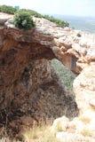 Cueva de Keshet - arco natural de la piedra caliza que atraviesa los restos de una cueva baja con opiniones del barrido cerca de  imágenes de archivo libres de regalías