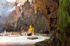 Cueva de Khao Luang en Phetchaburi, Tailandia, con un gran número de imágenes de Buda dentro Fotos de archivo libres de regalías