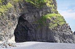 Cueva de la columna del basalto en la playa de Reynisfjara, Islandia Foto de archivo