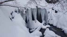 Cueva de la cubierta de la nieve y del hielo fotografía de archivo