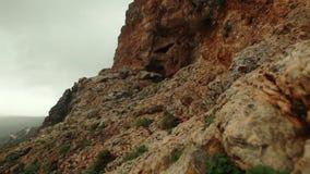 Cueva de la montaña en el lado de la montaña metrajes