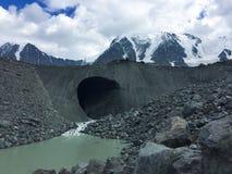 Cueva de la moraine en las monta?as Altai, Rusia foto de archivo libre de regalías