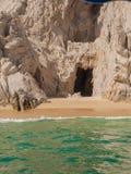 Cueva de los piratas en el Land's End Fotos de archivo
