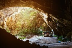 Cueva de Phraya Nakhon con el templo de Kuha Karuhas Fotos de archivo