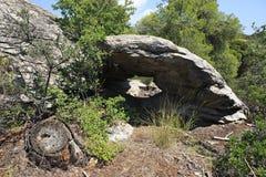 Cueva de piedra pintoresca en las montañas Fotografía de archivo libre de regalías
