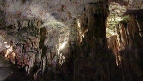 Cueva de Postojna con los pilons de la piedra caliza metrajes