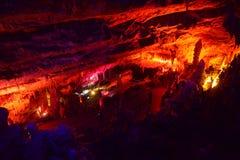 CUEVA DE POSTOJNA, ESLOVENIA - 21 DE DICIEMBRE DE 2017: Iluminación de la cueva de Postojna durante el evento de las escenas viva Foto de archivo