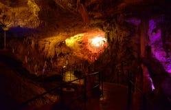 CUEVA DE POSTOJNA, ESLOVENIA - 21 DE DICIEMBRE DE 2017: Iluminación de la cueva de Postojna durante el evento de las escenas viva Imagen de archivo libre de regalías