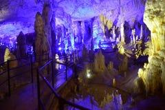 CUEVA DE POSTOJNA, ESLOVENIA - 21 DE DICIEMBRE DE 2017: Iluminación de la cueva de Postojna durante el evento de las escenas viva Imágenes de archivo libres de regalías