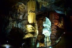 CUEVA DE POSTOJNA, ESLOVENIA - 21 DE DICIEMBRE DE 2017: Iluminación de la cueva de Postojna durante el evento de las escenas viva Foto de archivo libre de regalías
