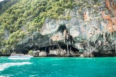 Cueva de Viking donde las jerarquías del pájaro (trago) recogieron Isla de la Phi-phi en Krabi, Tailandia Fotos de archivo