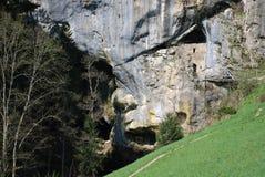 Cueva debajo del graduado de Predjama en Eslovenia Fotos de archivo