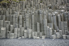 Cueva del mar de Halsanefshellir en la playa de Reynisfjara Fotos de archivo