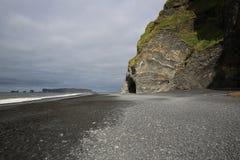 Cueva del mar de Halsanefshellir en la playa de Reynisfjara Fotografía de archivo
