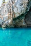 Cueva del mar de Mourtos en la costa griega, fotografiada desde adentro Foto de archivo