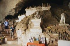 Cueva del tintín de Tham de la visita de la gente con sobre 4000 figuras de Buda en un acantilado vertical de la piedra caliza en Foto de archivo
