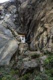Cueva donde un monje nombrado Khado Yeshi Tsogyal practicó el 'Vajrakilaya', jerarquía del ` s del tigre, monasterio de Takts Fotos de archivo