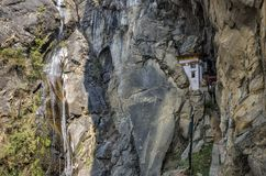 Cueva donde un monje nombrado Khado Yeshi Tsogyal practicó el 'Vajrakilaya', jerarquía del ` s del tigre, monasterio de Takts Fotografía de archivo libre de regalías