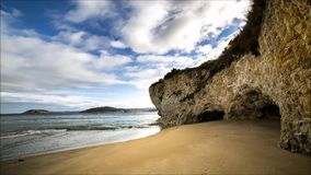Cueva en el borde de la playa metrajes
