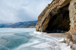 Cueva en el lago de baikal fotografía de archivo