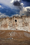 Cueva en la roca vieja Imágenes de archivo libres de regalías