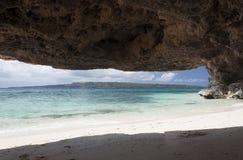 Cueva en Puka Shell Beach Isla de Boracay Imágenes de archivo libres de regalías