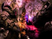 Cueva hermosa con la iluminación coloreada Fotos de archivo libres de regalías