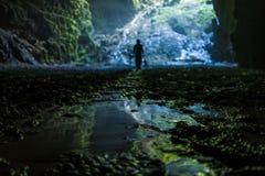 Cueva iluminada en el viaje de Goa Jomblang cerca de Yogyakarta, Indonesia fotografía de archivo libre de regalías