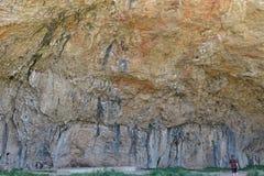Cueva prehistórica de Cataluña, piedra grande detalladamente Foto de archivo