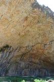 Cueva prehistórica grande en la montaña, Cataluña, España Imágenes de archivo libres de regalías