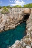 Cueva vacía del mar en la isla de Lokrum en Croacia Imagen de archivo libre de regalías