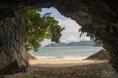 Cueva y árboles de la playa Imagenes de archivo