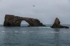 Cueva y arco del mar Imagenes de archivo