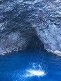 Cueva y cascada en las montañas y los acantilados de la costa de Napali vistos del Océano Pacífico - isla de Kauai, Hawaii Fotos de archivo