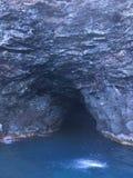 Cueva y cascada en las montañas y los acantilados de la costa de Napali vistos del Océano Pacífico - isla de Kauai, Hawaii Foto de archivo