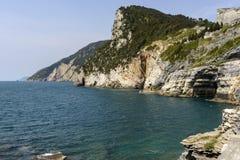 Cueva y costa costa, Portovenere de Byron imagenes de archivo
