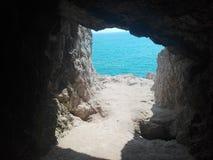 Cueva y mar Fotografía de archivo libre de regalías