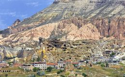 Cuevas antiguas antiguas y acuerdos modernos en el valle rojo de Cappadocia, Turquía central foto de archivo