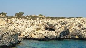 Cuevas de Chipre - mar de la costa de mar Mediterráneo cerca de Ayia Napa metrajes