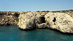 Cuevas de Chipre - mar de la costa de mar Mediterráneo cerca de Ayia Napa almacen de video
