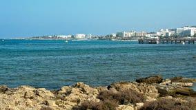 Cuevas de Chipre - mar de la costa de mar Mediterráneo cerca de Ayia Napa almacen de metraje de vídeo
