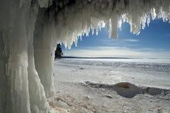 Cuevas de hielo de las islas del apóstol en el lago Superior congelado fotos de archivo