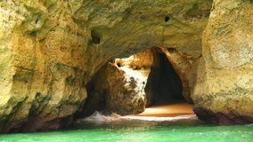 Cuevas de Lagoa, y opiniones de la costa y de las playas, Algarve, Portugal (4K) metrajes