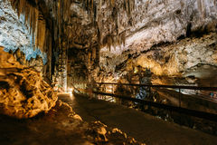 Cuevas De Nerja - Höhlen von Nerja in Spanien Berühmter Grenzstein Lizenzfreies Stockbild