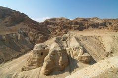 Cuevas de Qumeran por el mar muerto Fotos de archivo