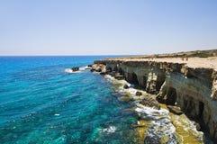 Cuevas del mar en Chipre cerca de Agia Napa Imagen de archivo libre de regalías