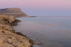 Cuevas del mar en la puesta del sol Mar Mediterráneo Composición de la naturaleza Imágenes de archivo libres de regalías