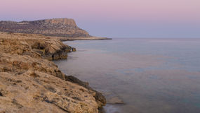 Cuevas del mar en la puesta del sol Mar Mediterráneo Composición de la naturaleza Foto de archivo libre de regalías
