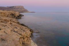 Cuevas del mar en la puesta del sol Mar Mediterráneo Composición de la naturaleza Fotos de archivo libres de regalías